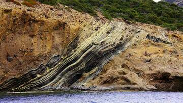 Ash layers interbedded in pyroclastic breccia deposits (Photo: Jean-Maurice)