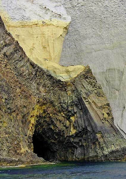 Volcanic intrusion of andesite lava into white pumiceous deposits (Photo: Jean-Maurice)