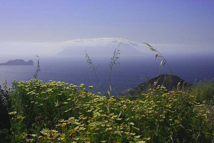 View towards the extinct (?) volcano Antimilos Island (Photo: Jean-Maurice)