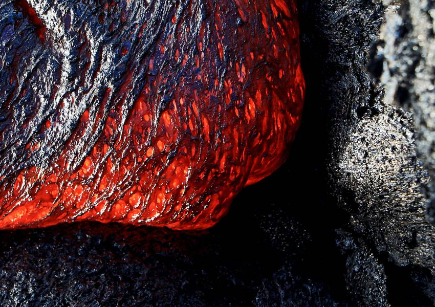 Surface lava flow fro Kilauea - pahoehoe formation in progress... (Photo: KatSpruth)