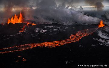 Lava fountain and lava flows from the Holuhraun fissure eruption on Iceland, Sep 2014 (Bardarbunga volcano) (Photo: Lukas Gawenda)