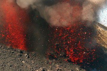 Ausbruch am Stromboli (Juni 2012) (Photo: Marc Szlegat / www.vulkane.net)