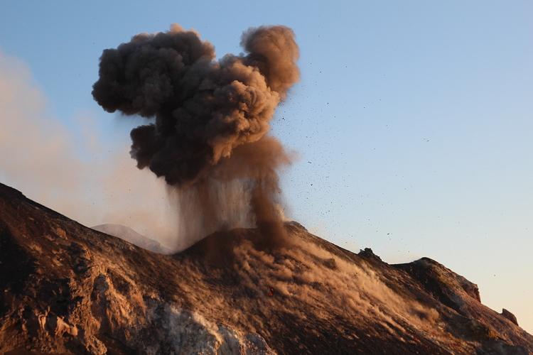 Ash plume from an explosion at Stromboli volcano (June 2012) (Photo: Marc Szlegat / www.vulkane.net)