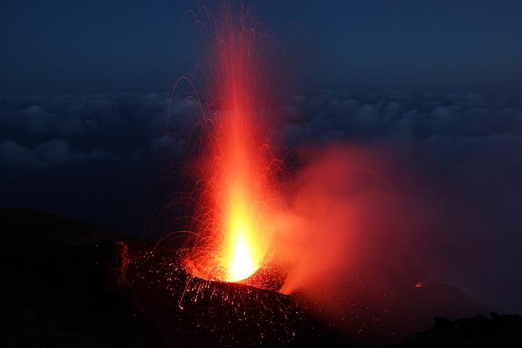 Eruption from the central crater at Stromboli volcano (June 2012) (Photo: Marc Szlegat / www.vulkane.net)