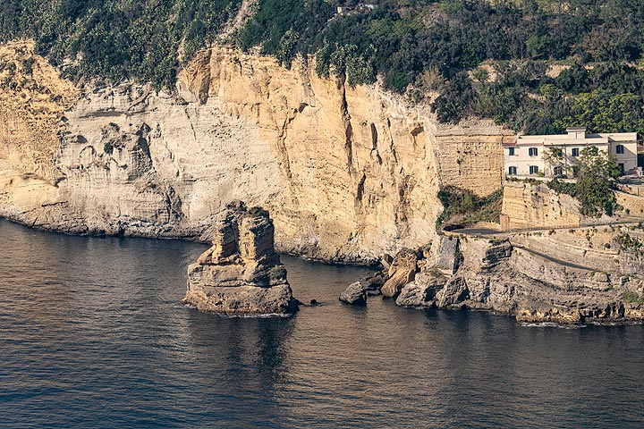 The Yellow Napoletanian Tuff formation at the coast of Posillipo, formed by a huge explosive caldera-forming volcanic eruption of the Campi Flegrei about 12000 years ago. (Photo: Markus Heuer)