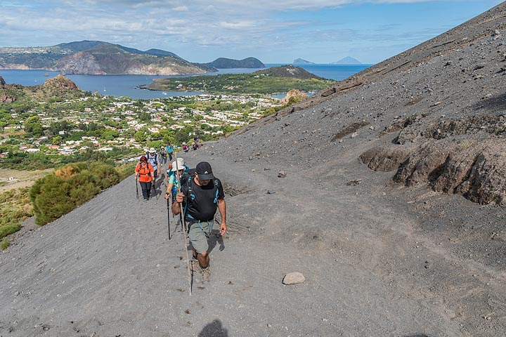 Hiking up the trail to the crater rim of Fossa. (Photo: Markus Heuer)