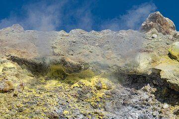 Fumaroles on the crater rim of Fossa (Photo: Markus Heuer)