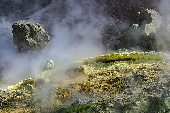 Steam from the fumaroles (Photo: Markus Heuer)