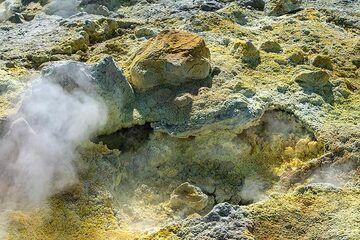 Ground covered with sulphur (Photo: Markus Heuer)