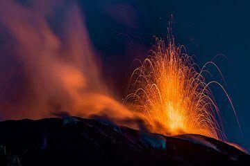 Strombolian eruption at dusk (Photo: Markus Heuer)
