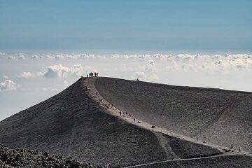 People walking on the rim of the 2002 crater of Etna (Photo: Markus Heuer)