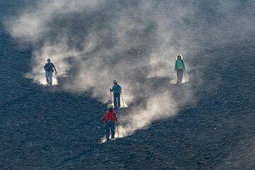 Descending an ash slope (Photo: Markus Heuer)