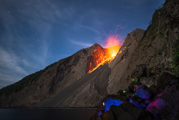 Eruption at Batu Tara at night (July 2015) (Photo: MartinSiering)