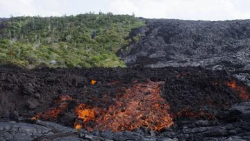 lava in a state of change from blocky a'a to a more runnier pahoehoe. (Photo: Michael Dalton)
