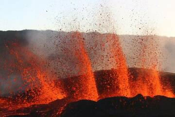 Curtain of lava fountains from the eruption at Piton de la Fournaise volcano few hours after the start on 15 Sep 2018 (Photo: Patrick Barois)
