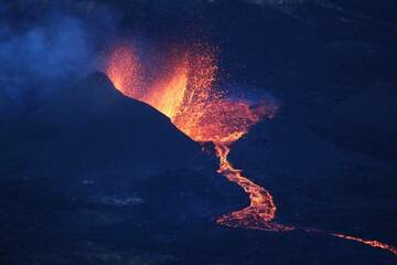 New cinder cone with erupting lava fountain, eruption at Piton de la Fournaise Sep 2018 (Photo: Patrick Barois)