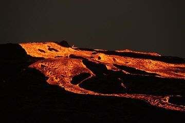 The lava overflows continue all day (17 Jan), producing spectacular views in the evening. (Photo: Paul Reichert)