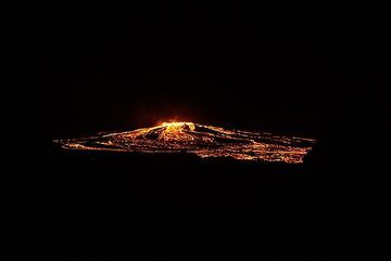 The whole flanks of the lava shield are covered with active lava flows (evening 17 Jan). (Photo: Paul Reichert)