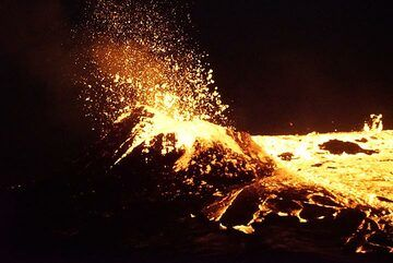 In the early hours of 19 Jan, the lava level rises again, leading to new overflows, accompanied by giant gas bubbles bursting at the lava lake's surface. (Photo: Paul Reichert)