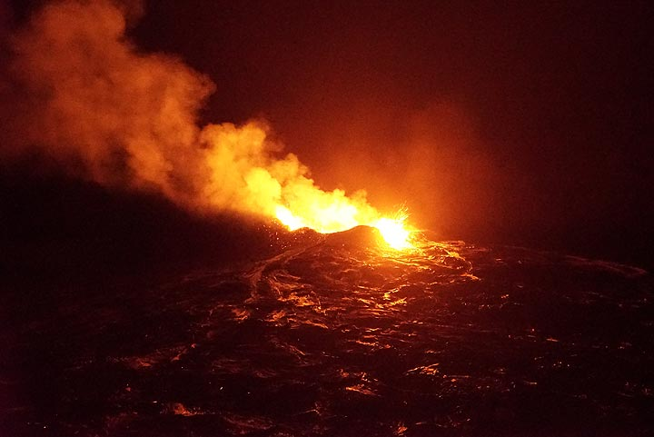 Intense lava glow illuminates the scene (night of 19 Jan) . (Photo: Paul Reichert)