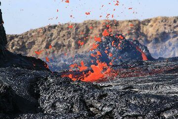 """Exploding lava bubble (16 Jan). """"Lava waves were hitting the edge of the lake creating small fountains (1-2 m of height)."""" (Richard) (Photo: Paul Reichert)"""