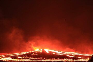 Evening view of the overflowing lake - a fiery spiderweb of red lava rivers and glowing lines. (Photo: Paul Reichert)