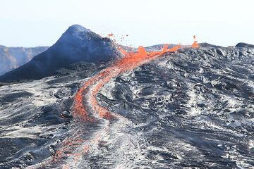Rising and falling lava lake levels alternate with overflows and exploding lava bubbles. (Photo: Paul Reichert)