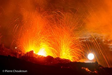 Pierre Choukroun, a friend and volcano photographer from La Réunion, was lucky enought to be able to reach the site of the new eruption of Piton de la Fournaise volcano that started on 4 February 2015. He kindly sent us a selection of photos he took during the evening and night from the area near the vents. More at his website www.pierrechoukroun.com. (Photo: Pierre Choukroun)