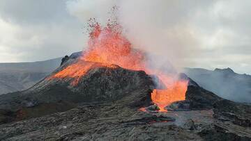 Strong lava fountaining episode at the main vent (Photo: Ronny Quireyns)