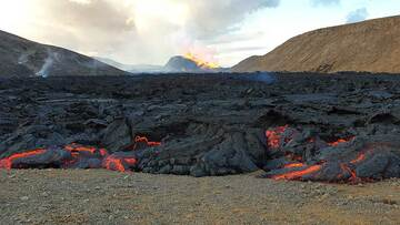 Wide front of advancing pahoehoe lava flow (Photo: Ronny Quireyns)