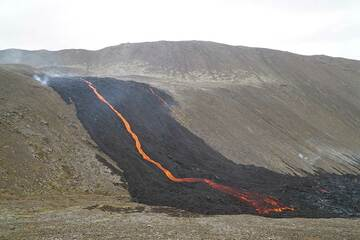 Narrow active lava channel in the center of a wider flow. (Photo: Ronny Quireyns)