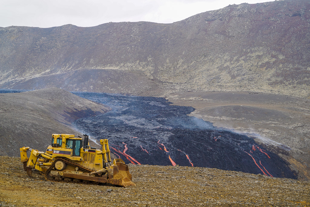 Bulldozer employed to construct dams to slow down the advance of lava flows (Photo: Ronny Quireyns)