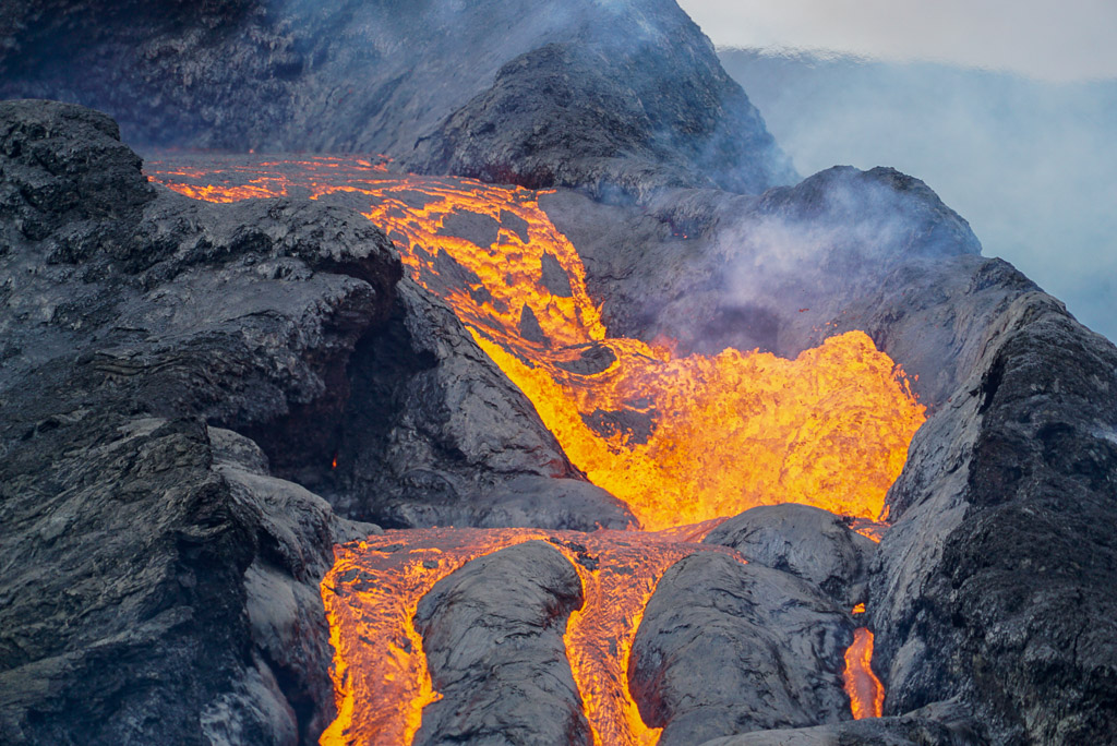 Lava overflowing from the main crater (Photo: Ronny Quireyns)