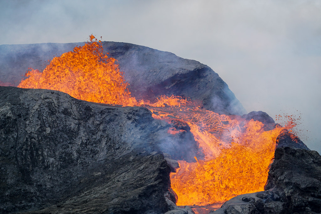 Lava beginning to fountain from the now-filled main vent's crater (Photo: Ronny Quireyns)