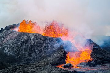 Violently bubbling lava at the main vent (Photo: Ronny Quireyns)