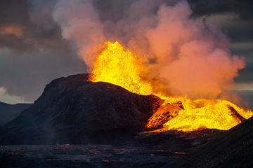 Lava fountain in the evening (Photo: Ronny Quireyns)
