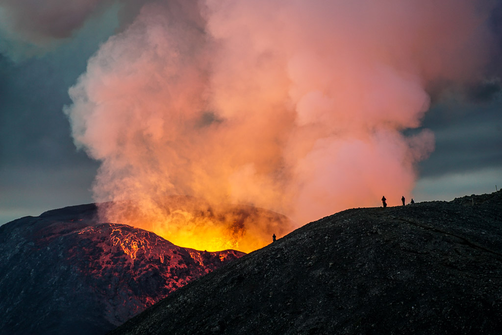 Bright glow with silhouettes of tourists watching the eruption (Photo: Ronny Quireyns)