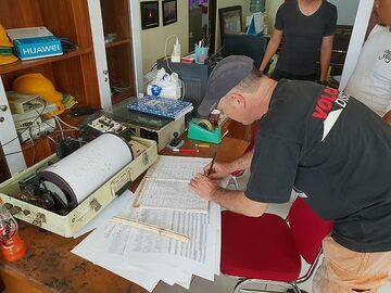 Tom signing the guestbook of the volcano observatory (Photo: Ronny Quireyns)