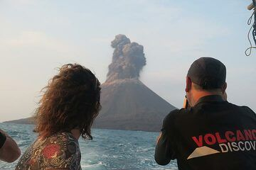 Observing one of the first eruptions from the boat (Photo: Ronny Quireyns)