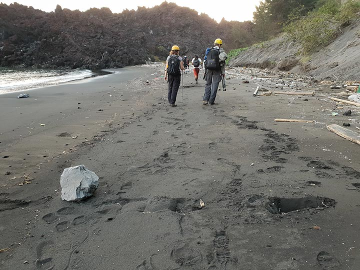 A fresh bomb impact on the beach (Photo: Ronny Quireyns)