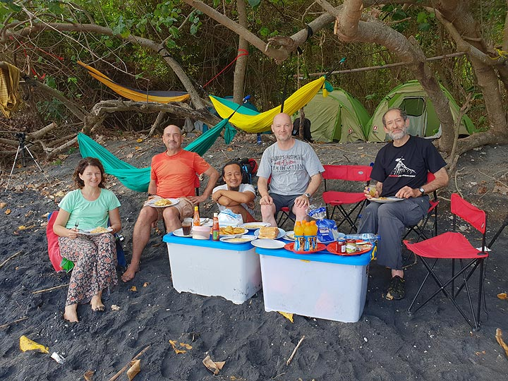 Lunch table on the beach (Photo: Ronny Quireyns)