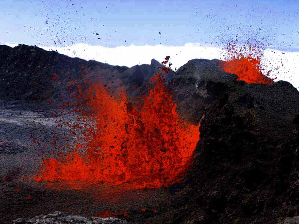 Lava fountains at the beginning of Piton de la Fournaise's 2006 eruption when the active fissure dissected also the crater wall (30 Aug. 2006) (Photo: SBCabusson)