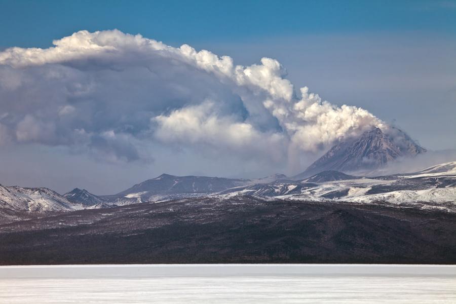 Emission of ashes of Kizimen volcano (Apr 2011) (Photo: Sergey Krasnoshchokov)
