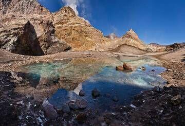 The glacial lake in east crater of Mutnovsky Volcano (Sep-2013) (Photo: Sergey Krasnoshchokov)
