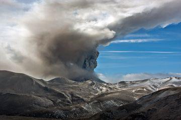 Ash plume from Kizimen volcano, Kamchatka (March 2011) (Photo: Sergey Krasnoshchokov)