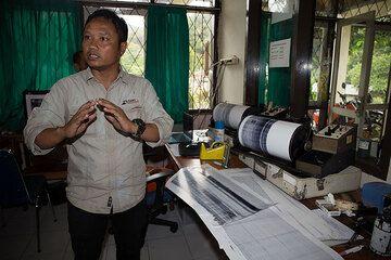 Andi explaining the seismic monitoring of Lokon volcano. (Photo: Thomas Spinner)