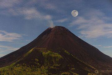 Full moon above Soputan volcano (Photo: Thomas Spinner)