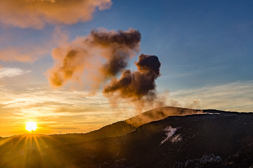 Ibn volcano - eruption at sunrise (Photo: Thomas Spinner)