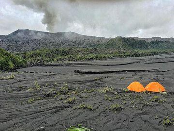 Tents / camp at Dukono (Photo: Thomas Spinner)