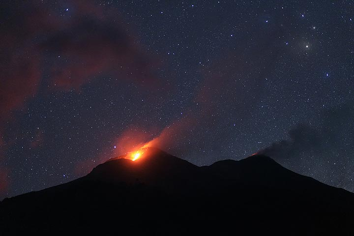 Glow from the active north crater. (Photo: Thomas Spinner)